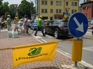 distribuzione di opuscoli e basilico ad automobilisti e ciclisti